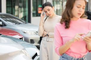 自動車事故の現場でもめている若い女性二人の写真素材 [FYI04738815]