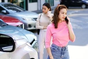 自動車事故の現場でもめている若い女性二人の写真素材 [FYI04738816]