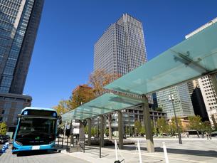 東京都 丸の内駅前広場のバス乗り場の写真素材 [FYI04738851]