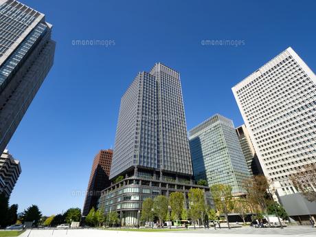 東京都 丸の内駅前広場とオフィスビル街の写真素材 [FYI04738855]