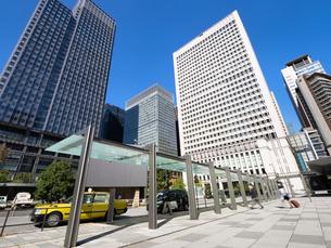 東京都 丸の内駅前広場とオフィスビル街の写真素材 [FYI04738873]