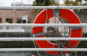 港の救命浮き輪の写真素材 [FYI04739054]