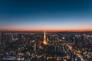 夜明けの東京タワーと東京都心の街並みの写真素材 [FYI04739185]