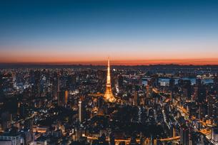 夜明けの東京タワーと東京都心の街並みの写真素材 [FYI04739188]