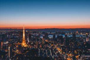 夜明けの東京タワーと東京都心の街並みの写真素材 [FYI04739189]