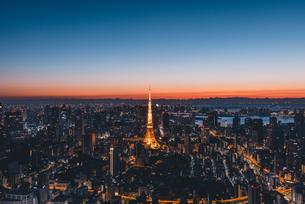 夜明けの東京タワーと東京都心の街並みの写真素材 [FYI04739190]