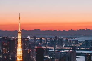 夜明けの東京タワーと東京都心の街並みの写真素材 [FYI04739191]