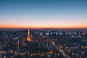 夜明けの東京タワーと東京都心の街並みの写真素材 [FYI04739192]