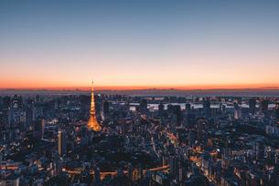 夜明けの東京タワーと東京都心の街並みの写真素材 [FYI04739194]