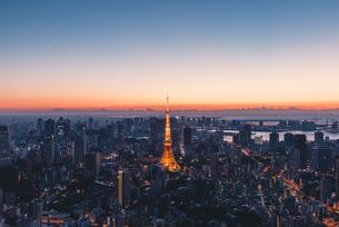 夜明けの東京タワーと東京都心の街並みの写真素材 [FYI04739196]