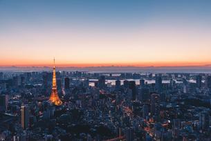 夜明けの東京タワーと東京都心の街並みの写真素材 [FYI04739197]