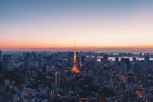 夜明けの東京タワーと東京都心の街並みの写真素材 [FYI04739199]