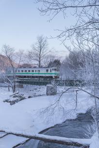 厳冬期の列車の写真素材 [FYI04739240]