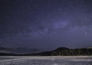 凍る阿寒湖の写真素材 [FYI04739243]