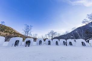 奥日光湯元温泉雪まつりのかまくらと氷の彫刻の写真素材 [FYI04739269]