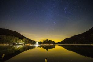 奥日光湯ノ湖の星空の写真素材 [FYI04739271]