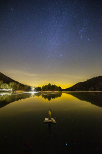 奥日光湯ノ湖の星空の写真素材 [FYI04739273]