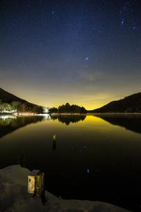 奥日光湯ノ湖の星空の写真素材 [FYI04739274]