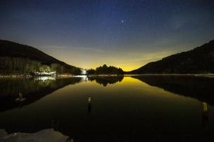 奥日光湯ノ湖の星空の写真素材 [FYI04739275]
