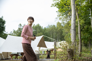 キャンプ場の女性の写真素材 [FYI04739442]