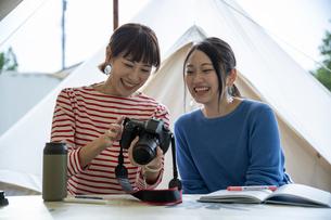 キャンプ場の女性の写真素材 [FYI04739448]