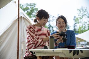 キャンプ場の女性の写真素材 [FYI04739451]