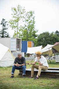 キャンプ場の男性の写真素材 [FYI04739455]