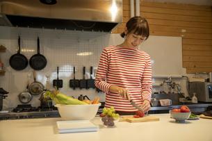 共同キッチンで調理する女性の写真素材 [FYI04739478]