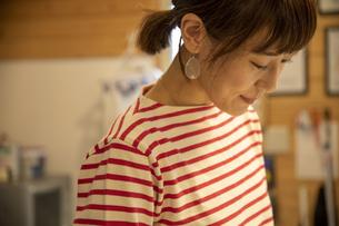 共同キッチンで調理する女性の写真素材 [FYI04739481]