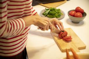 共同キッチンで調理する女性の写真素材 [FYI04739482]