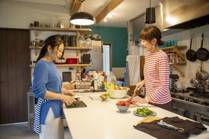 共同キッチンで調理する女性の写真素材 [FYI04739487]