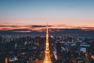夜明けの東京タワーと東京都心の街並みの写真素材 [FYI04739488]