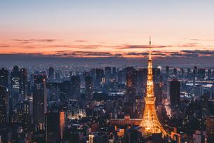 夜明けの東京タワーと東京都心の街並みの写真素材 [FYI04739494]