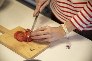 共同キッチンで調理する女性の写真素材 [FYI04739495]