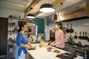 共同キッチンで調理する女性の写真素材 [FYI04739499]