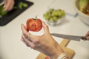 共同キッチンで調理する女性の写真素材 [FYI04739502]