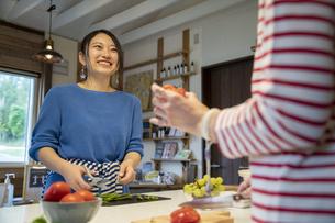 共同キッチンで調理する女性の写真素材 [FYI04739510]