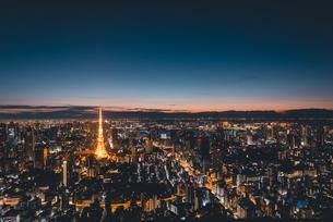 夜明けの東京タワーと東京都心の街並みの写真素材 [FYI04739513]