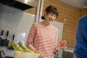 共同キッチンで調理する女性の写真素材 [FYI04739516]