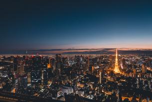 夜明けの東京タワーと東京都心の街並みの写真素材 [FYI04739518]