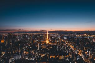 夜明けの東京タワーと東京都心の街並みの写真素材 [FYI04739522]