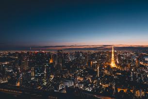 夜明けの東京タワーと東京都心の街並みの写真素材 [FYI04739523]