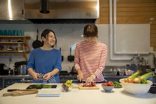 共同キッチンで調理する女性の写真素材 [FYI04739524]
