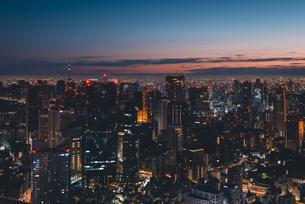 夜明けの東京都心の街並みの写真素材 [FYI04739525]