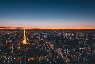 夜明けの東京タワーと東京都心の街並みの写真素材 [FYI04739526]