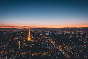 夜明けの東京タワーと東京都心の街並みの写真素材 [FYI04739529]