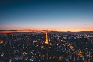 夜明けの東京タワーと東京都心の街並みの写真素材 [FYI04739533]