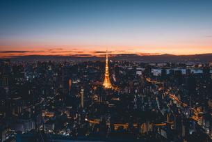 夜明けの東京タワーと東京都心の街並みの写真素材 [FYI04739534]