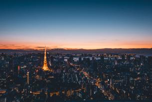 夜明けの東京タワーと東京都心の街並みの写真素材 [FYI04739536]