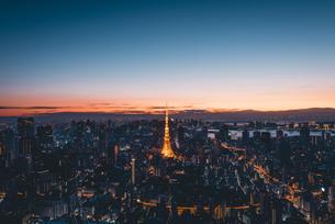 夜明けの東京タワーと東京都心の街並みの写真素材 [FYI04739537]